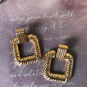 Jewelry - Le CHIC 🤍Statement Textured square earrings